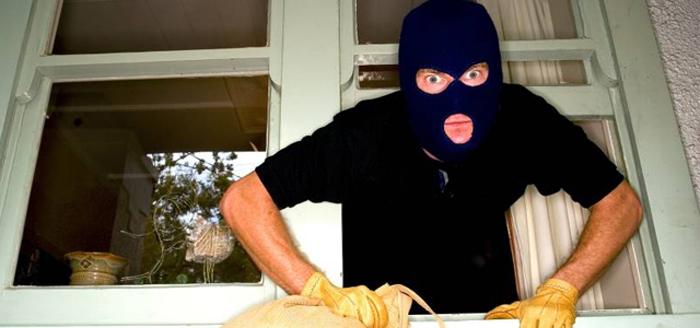 Apartament pradat de hoti ! Au furat bani si bijuterii !