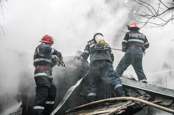 Casă mistuită de flăcări în localitatea Pomi