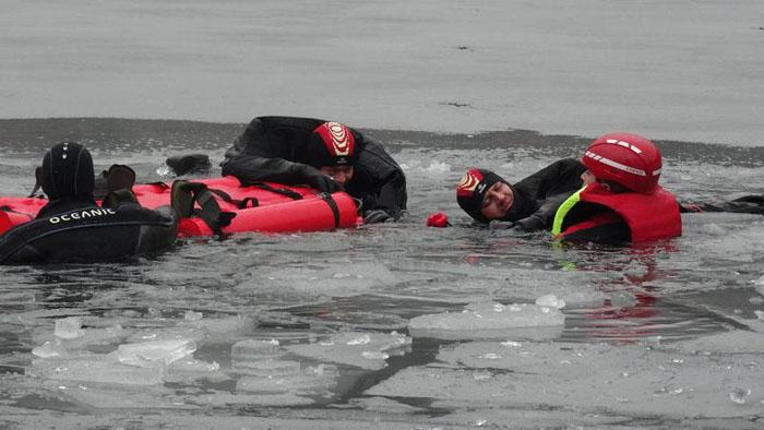 Victime salvate dintr-un lac înghețat