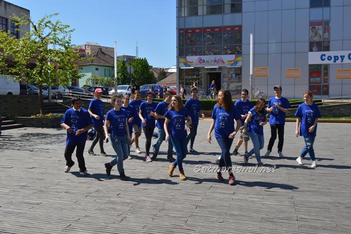 """Flashmob pentru copiii străzii de la Asociația """"Stea"""""""