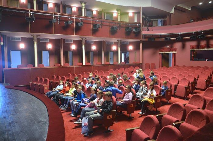 """Prima zi de vizită la Teatrul Municipal în cadrul saptămânii """"Școala altfel"""""""