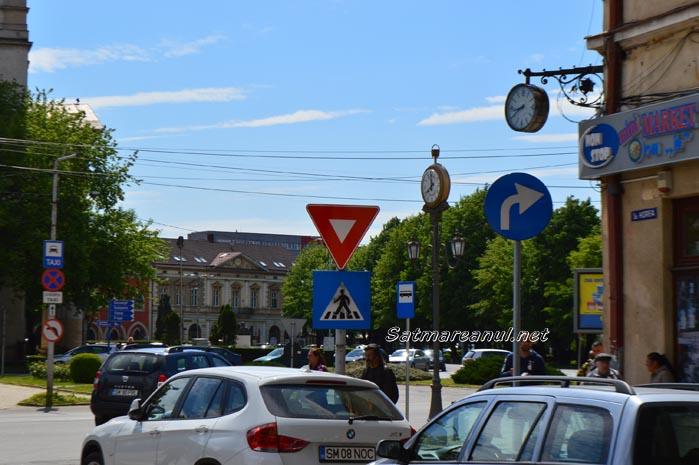 Obligatoriu la dreapta, la Ceasul electric (Foto)