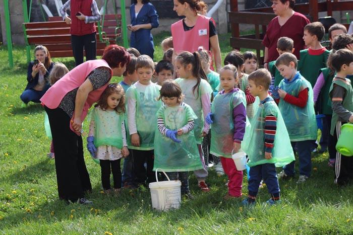 """Preșcolarii au plantat tei în curtea Grădiniței """"14 Mai"""" (Foto)"""