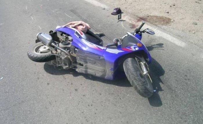 S-a răsturnat cu mopedul
