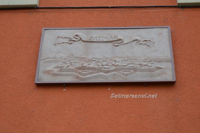 O stampă cu Cetatea Sătmarului, amplasată pe fațada Muzeului de Artă (Foto&Video)