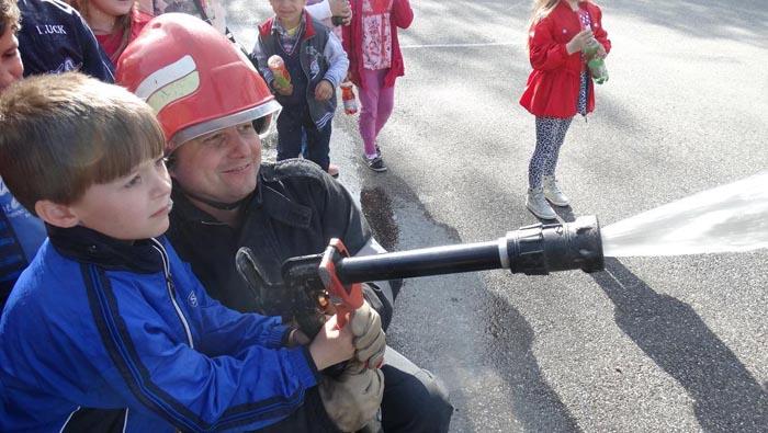 Sute de copii în vizită la Pompieri