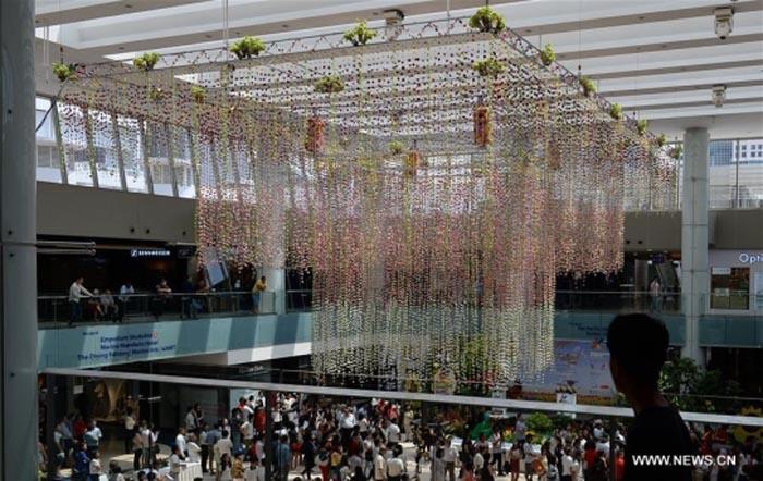 Vezi cel mai mare aranjament floral în formă de candelabru (Foto)