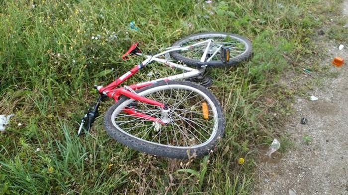 Biciclist luat pe capotă. A scăpat cu răni ușoare