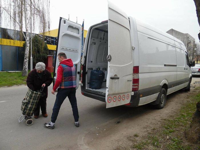 Peste 5 tone de haine colectate de Caritas
