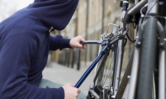Hoți de biciclete, prinși în flagrant
