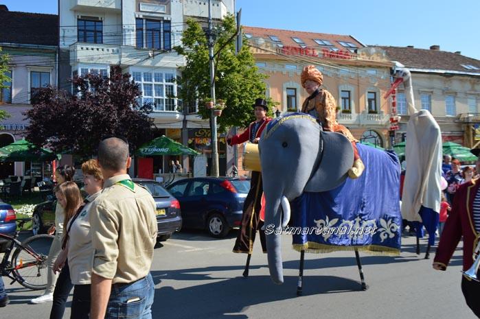 """Paradă cu majorete, fanfară și un """"elefant"""" la Satu Mare (foto&video)"""