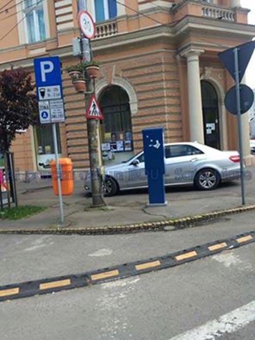 Și-a parcat bolidul în ușa bibliotecii (Foto)