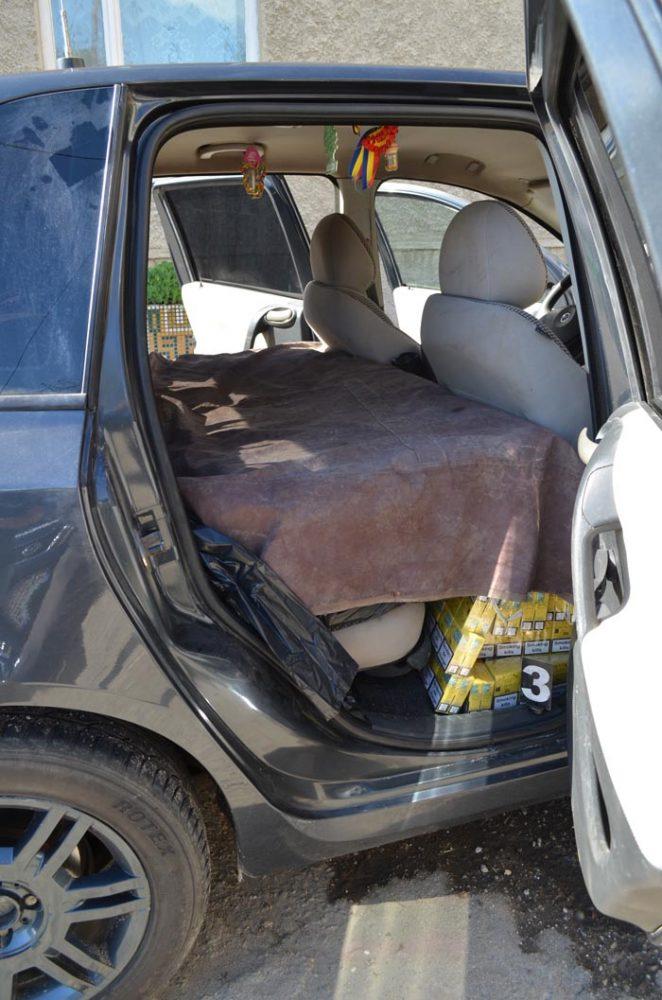 Contrabandiști de țigări lăsați fără marfă și mașini