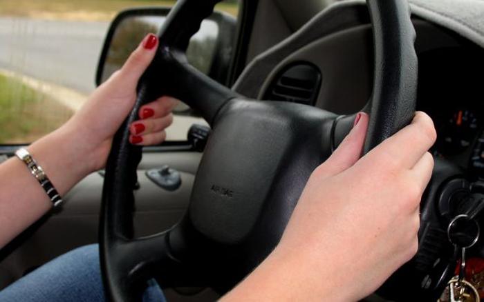 Adolescentă de 16 ani, prinsă la volan