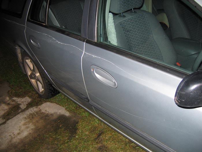 I-a distrus mașina parcată în fața unui magazin