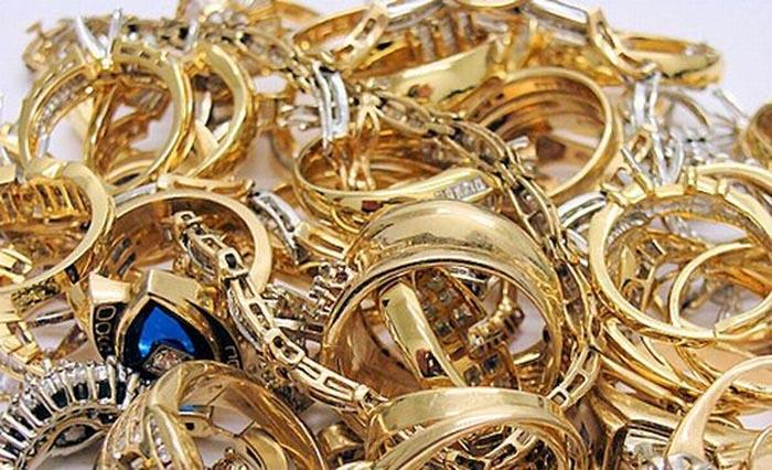 A furat bijuterii dintr-o casă din Căpleni
