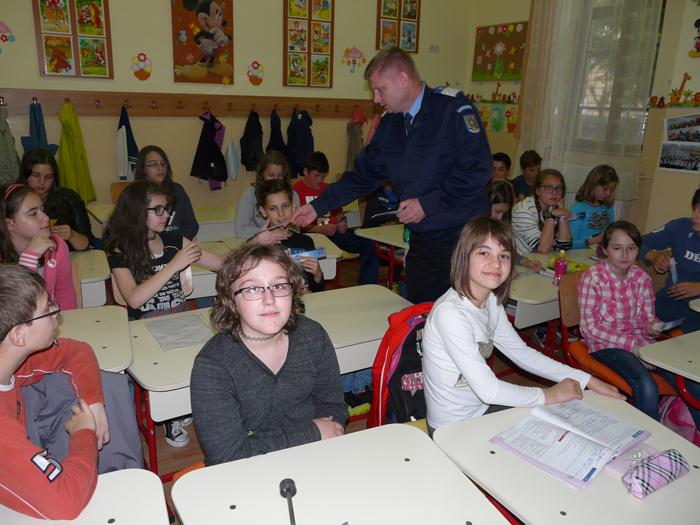 """Jandarmii, în mijlocul elevilor de la Şcoala """"Grigore Moisil"""""""