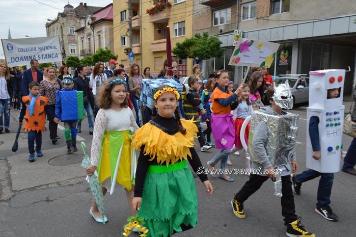 "Copii, majorete și toboșari la ""Parada florilor"" (Galerie foto&video)"