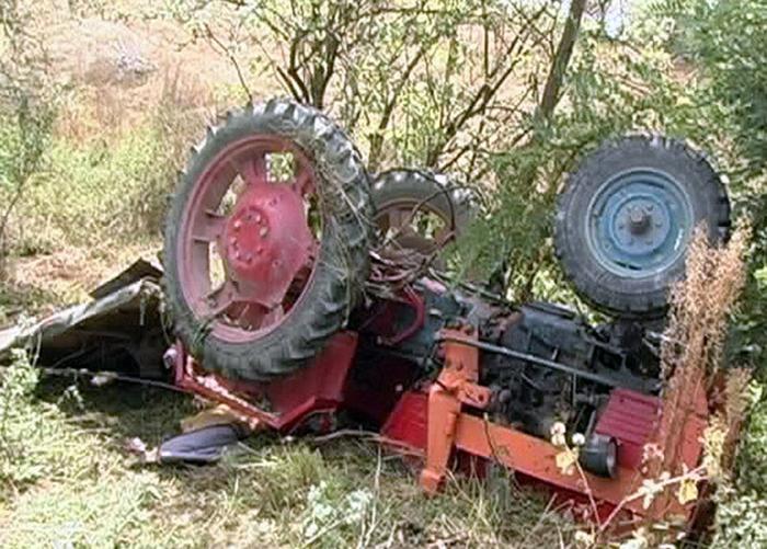 Bărbat prins sub un tractor în Valea Seacă
