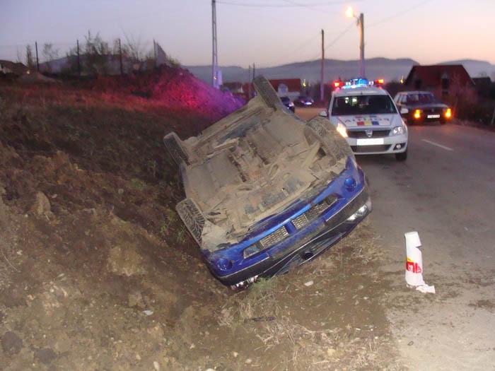 Mașină răsturnată în șanț. Un copil la Urgențe
