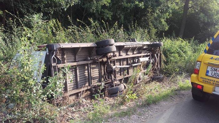 Un microbuz s-a răsturnat în Pădurea Noroieni (Foto)