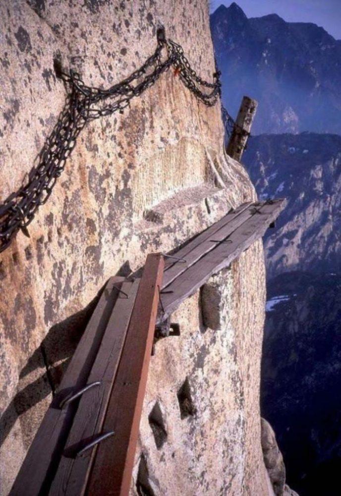 Vezi cum arată cel mai periculos traseu de drumeţie din lume (foto&video)