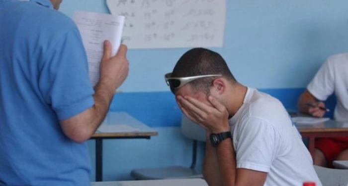 Prins cu telefonul şi eliminat din examenul de Bacalaureat