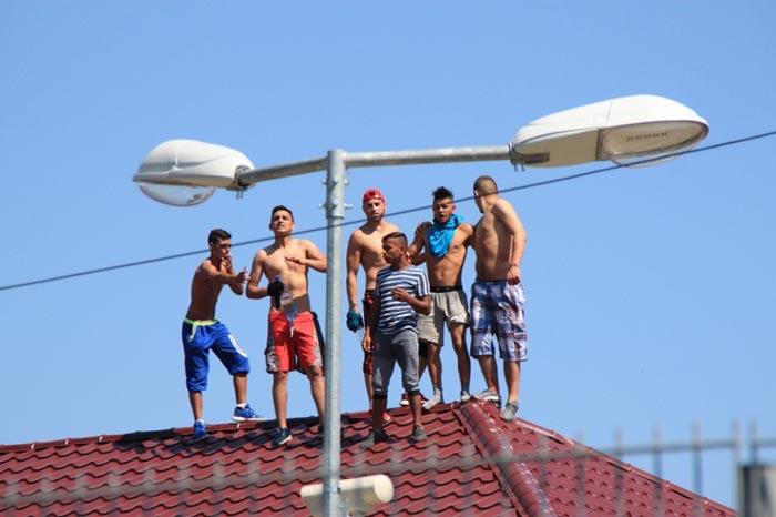 Revoltă la penitenciarul din Bistrița. Deținuții s-au urcat pe acoperiș
