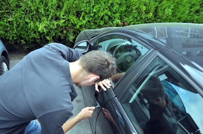Hoț de mașini rupt de beat, prins de polițiști