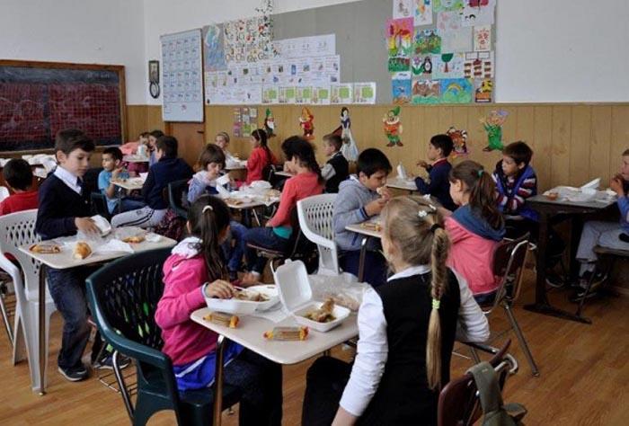 Masă caldă sau pachet alimentar pentru elevii unei școli din Satu Mare
