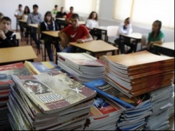 Manuale gratuite pentru elevii claselor a XI-a şi a XII-a