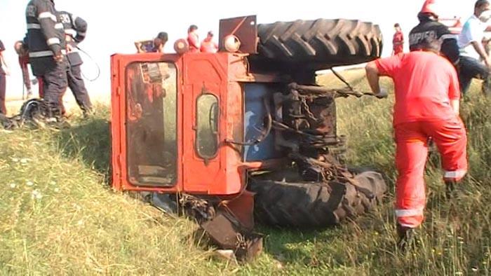 Bărbat strivit de tractorul cu care s-a răsturnat