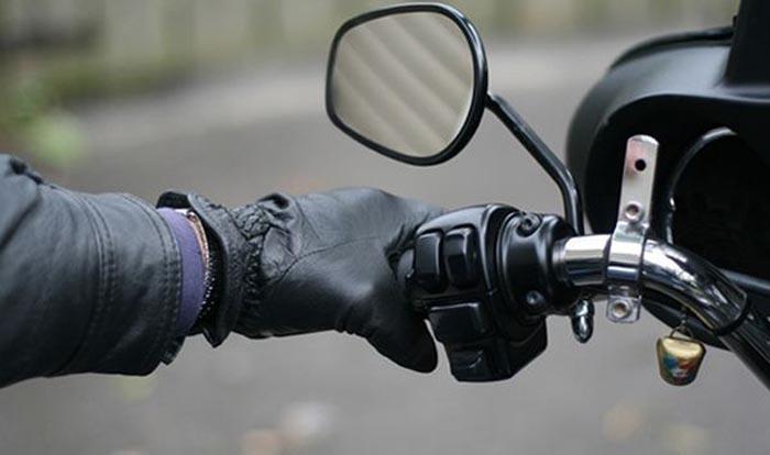 Beat și fără permis a ieșit la plimbare cu motocicleta