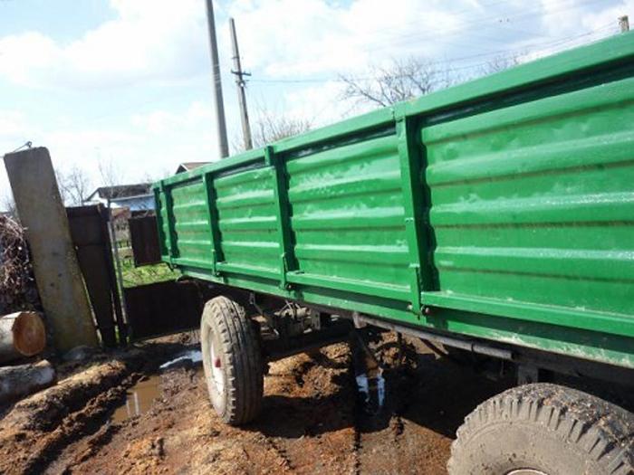 Gard distrus de remorcile unui tractor