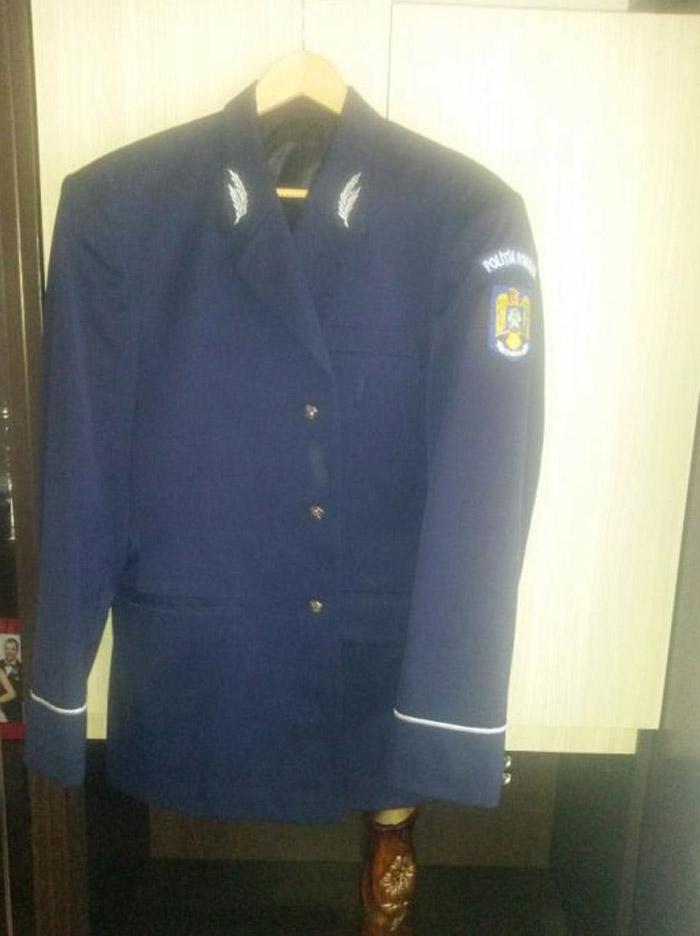 Uniformă de polițist, scoasă la vânzare pe Olx