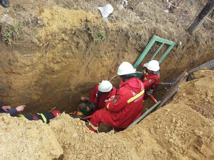 Bărbat îngropat sub un mal de pământ