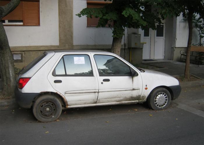 La vânătoare de mașini abandonate. Au fost ridicate trei autoturisme