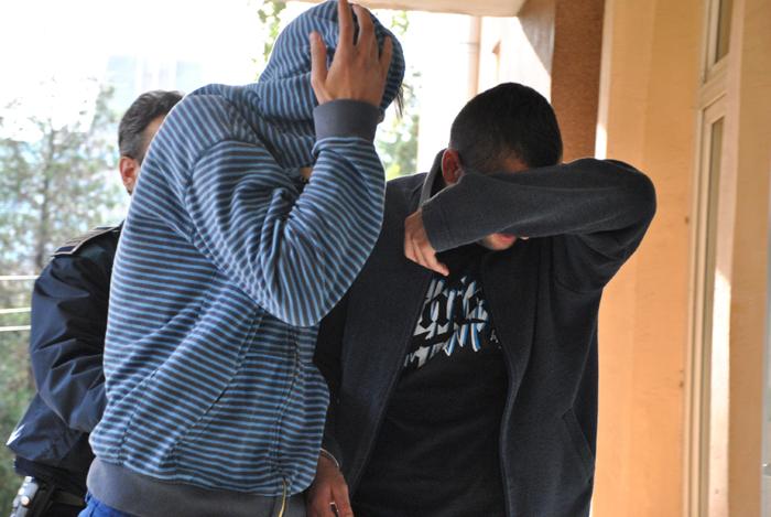 Taximetrist tâlhărit de doi adolescenți. Tâlharii au fost reținuți