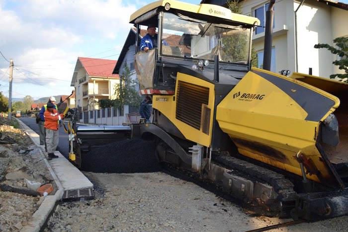 Asfaltarea străzilor continuă în ritm alert la Negrești-Oaș (Foto)