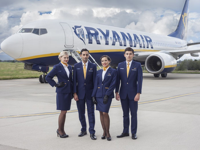 Vrei să lucrezi la Ryanair ? Compania caută 2.000 de însoțitori de bord