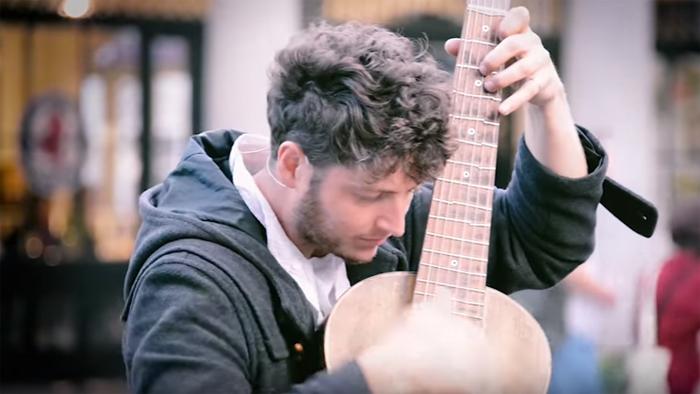 Măiestrie, nu glumă ! Un chitarist face furori pe Facebook (Video)