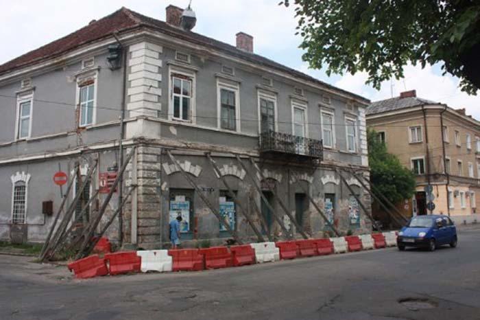 Primăria vrea să reabiliteze clădirea proptită în bârne de pe Rândunelelor