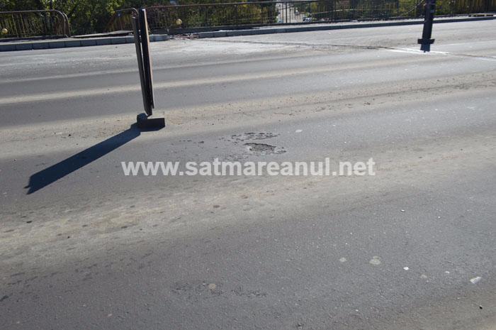 Asta da lucrare ! A apărut prima groapă în asfaltul de pe Podul Decebal (Foto&video)