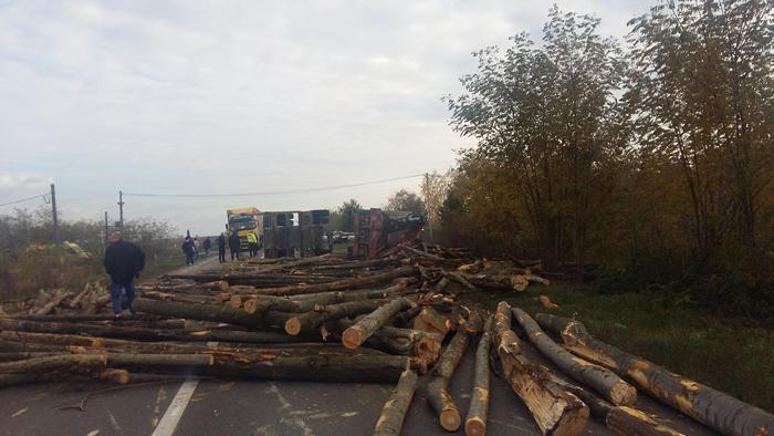 Un TIR plin cu lemne s-a răsturnat. Vezi detalii (Foto)