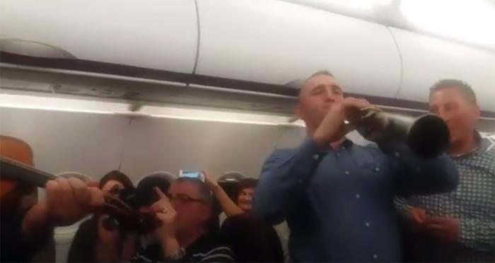 Călin Borșe a colindat pentru pasagerii de pe Wizz Air (Video)