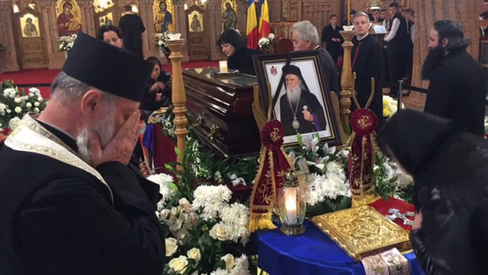 Credincioșii îi aduc un ultim omagiu Arhiepiscopului Justinian Chira (Foto)