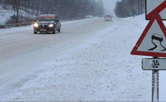 Zăpada le dă bătăi de cap șoferilor. Se circulă greu în Pasul Huta Certeze