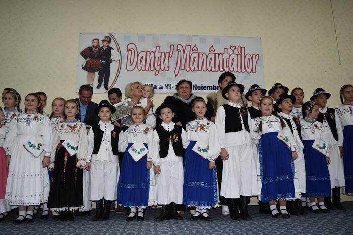 """Ansamblul """"Cununița Năzdrăvană"""", Marele Premiu la Festivalul """"Danțu' Mânânțăilor"""" (Foto)"""