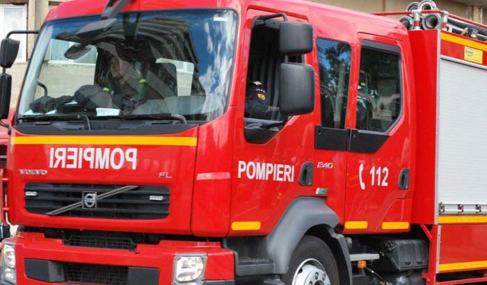 Simulare de cutremur. Pompierii în drum spre Capitală, cu girofarurile pornite