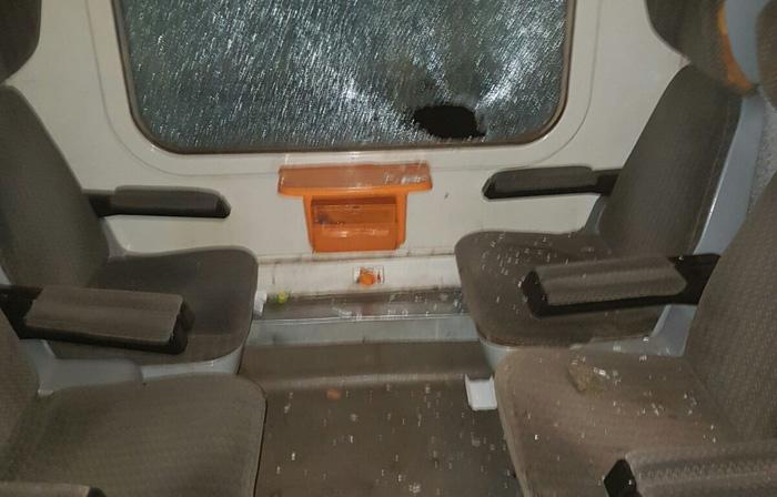 Tren atacat cu pietre. Vezi detalii (Foto)